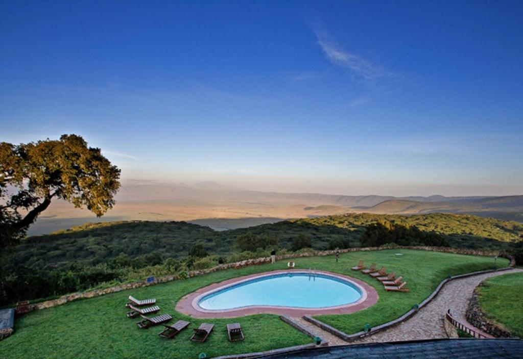 En udsigt til poolen hos Ngorongoro Sopa Lodge eller i nærheden