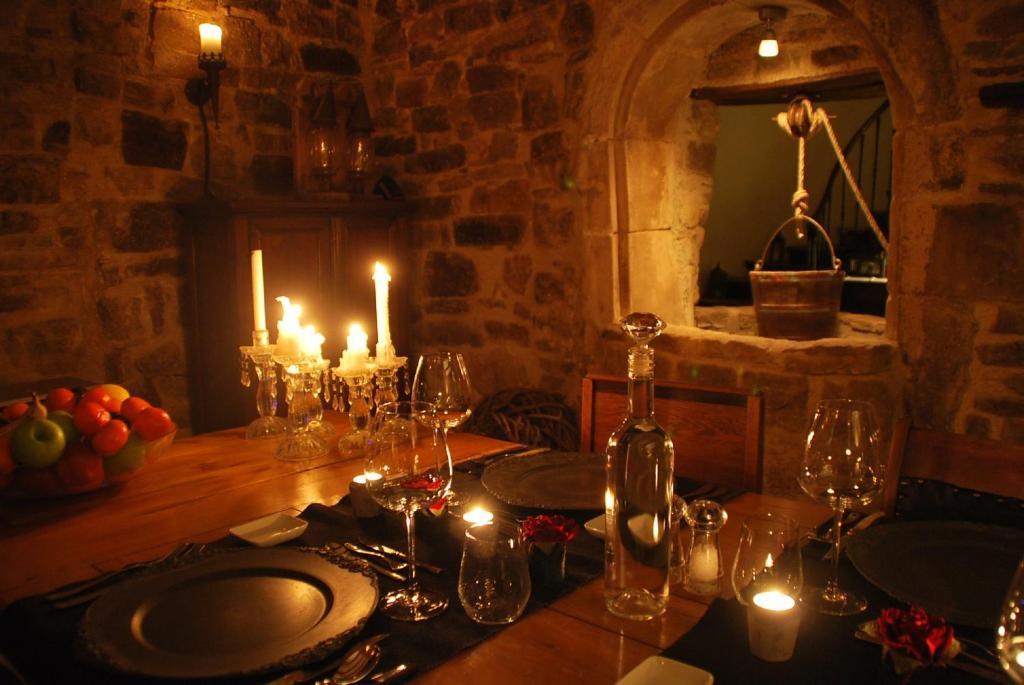 A restaurant or other place to eat at La Maison au Puits