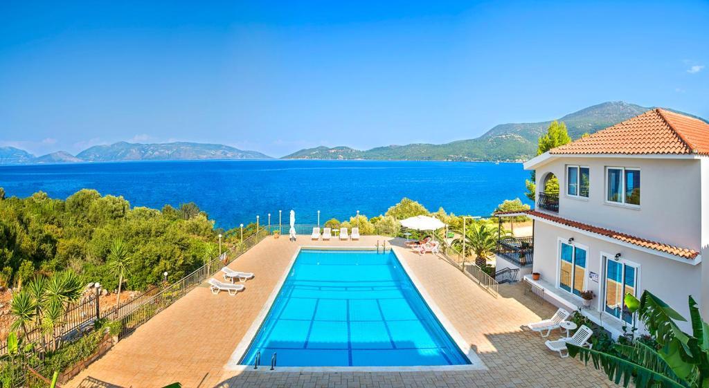 Green Bay Hotel veya yakınında bir havuz manzarası