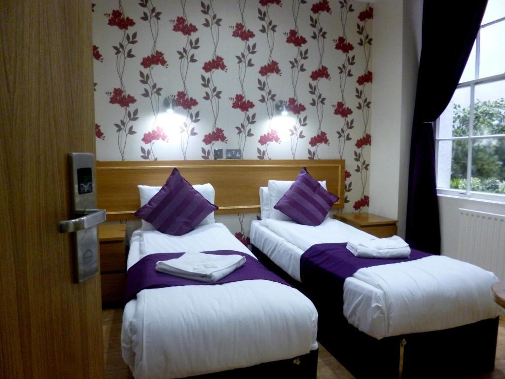 Ein Bett oder Betten in einem Zimmer der Unterkunft Cardiff Hotel