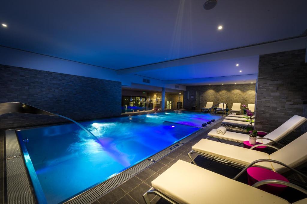 בריכת השחייה שנמצאת ב-Hôtel Athena Spa או באזור