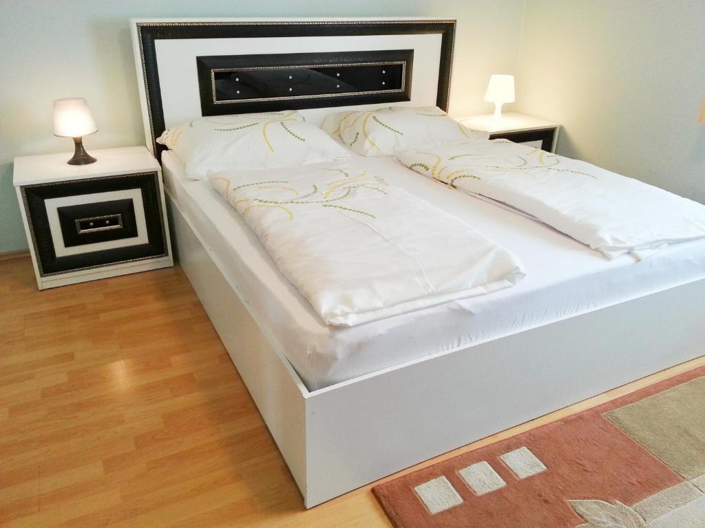Ein Bett oder Betten in einem Zimmer der Unterkunft Pension Weisses Lamm