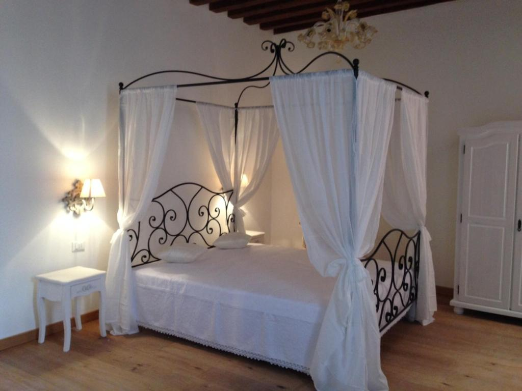 A bed or beds in a room at B&B Residenza Corte Antica
