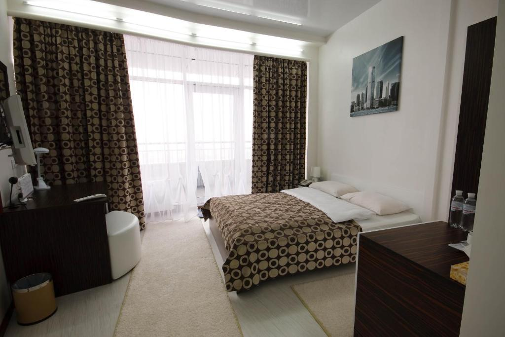 Кровать или кровати в номере SkyTech Most City Hotel 19 floor PANORAMIC VIEW