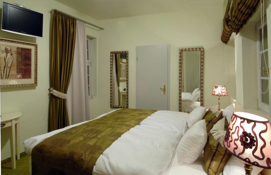 A bed or beds in a room at Zur Goldenen Krone