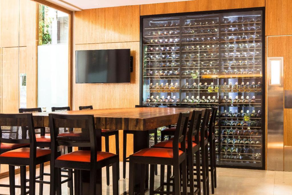 Un restaurante o sitio para comer en Hotel Emiliano