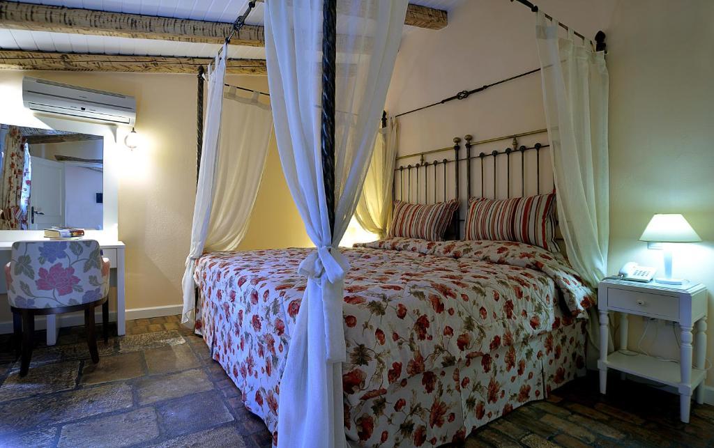 Een bed of bedden in een kamer bij Fundana Villas