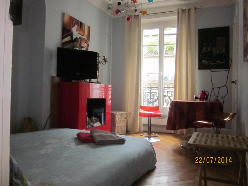 A television and/or entertainment center at Bed and Breakfast Paris Centre