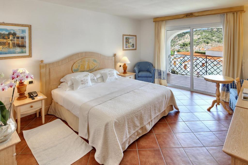 A bed or beds in a room at Grand Hotel Poltu Quatu