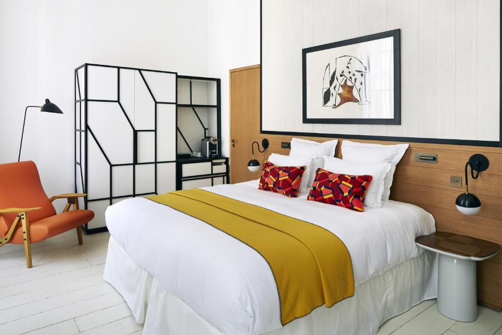 A bed or beds in a room at Hôtel du Ministère