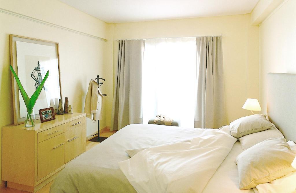 Una cama o camas en una habitación de Art Suites