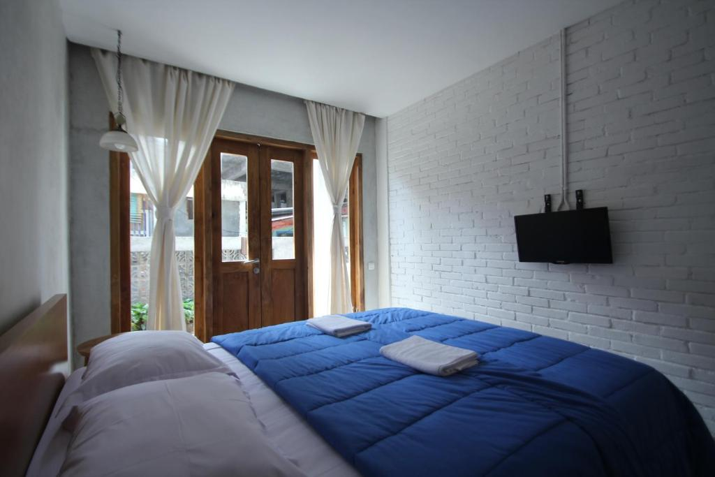 A bed or beds in a room at Pawon Cokelat Guesthouse