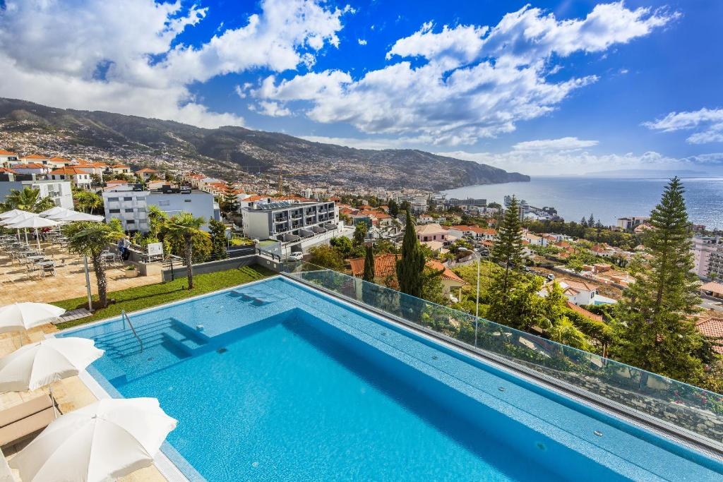 A view of the pool at Madeira Panorâmico Hotel or nearby