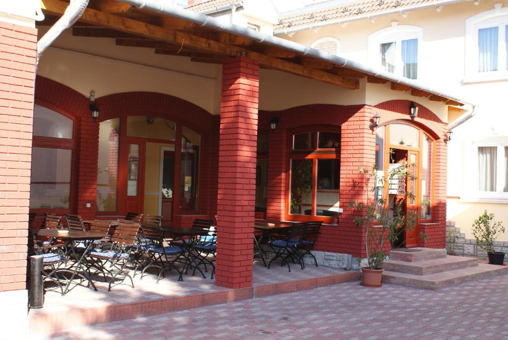 A restaurant or other place to eat at Hotel Palota City
