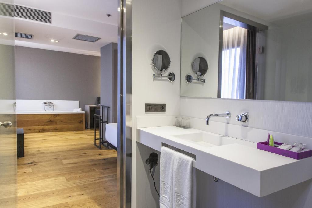 A bathroom at Zenit Vigo