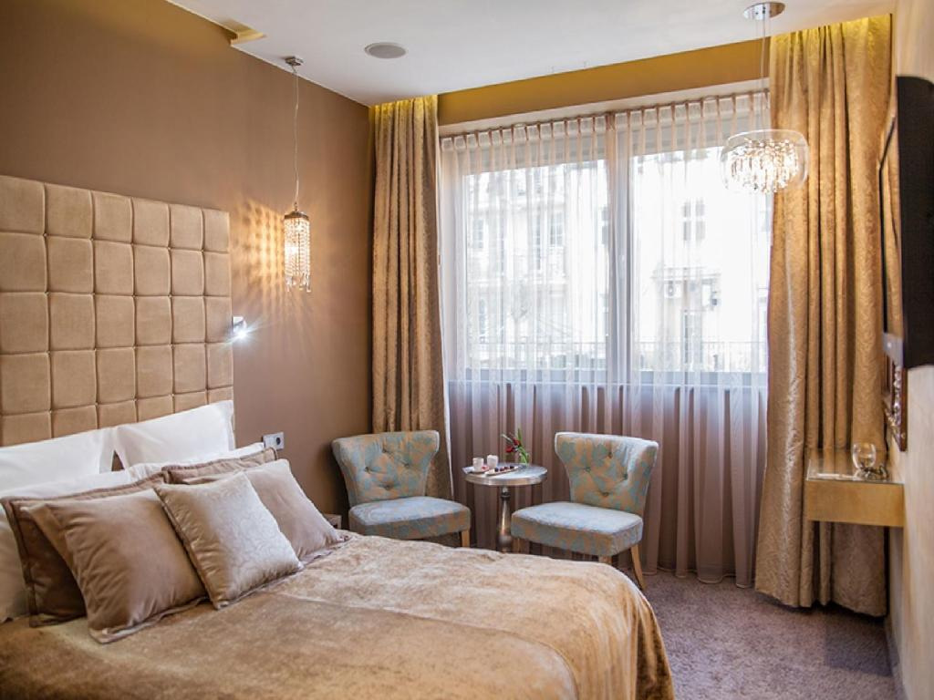 A bed or beds in a room at Soleil Boutique H