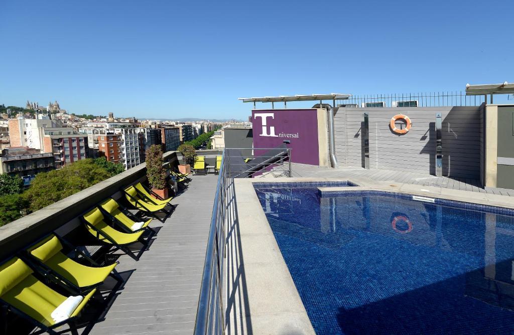 Der Swimmingpool an oder in der Nähe von Hotel Barcelona Universal