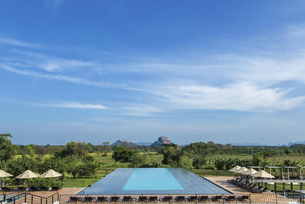 Vue sur la piscine de l'établissement Aliya Resort and Spa ou sur une piscine à proximité