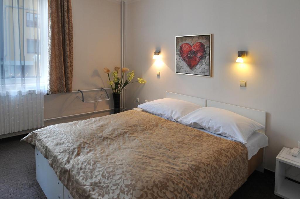 Postel nebo postele na pokoji v ubytování Hotel Wilhelm