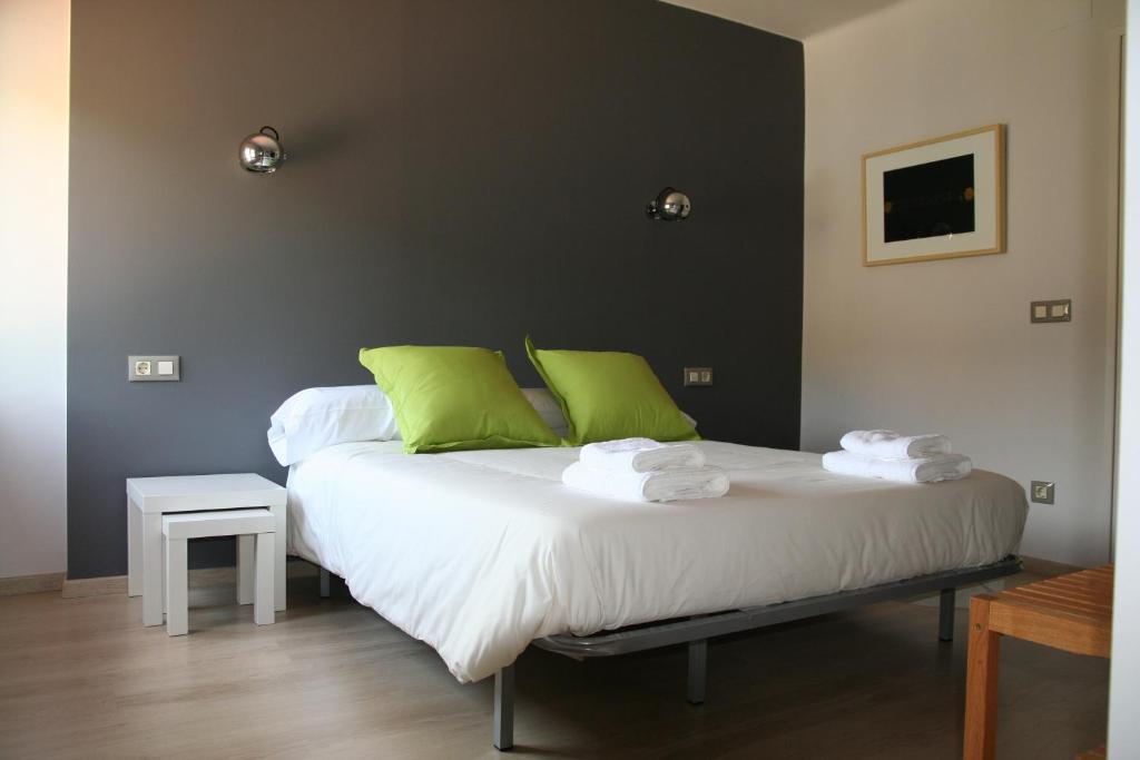 A bed or beds in a room at Hostal Totsompops