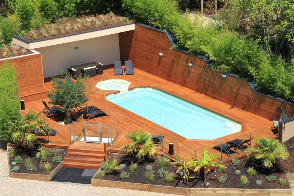Vue sur la piscine de l'établissement Hotel du Parc ou sur une piscine à proximité