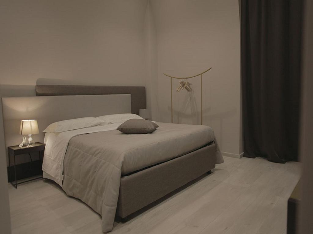A bed or beds in a room at Mokasuite Spaccanapoli