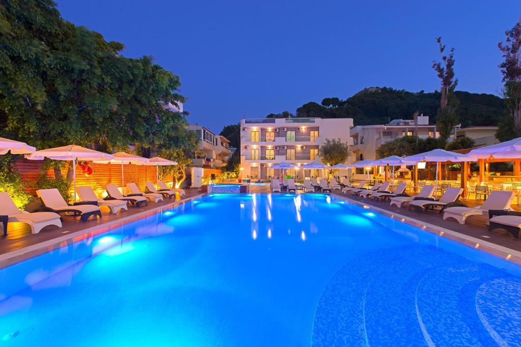 בריכת השחייה שנמצאת ב-Sunny Days Hotel או באזור
