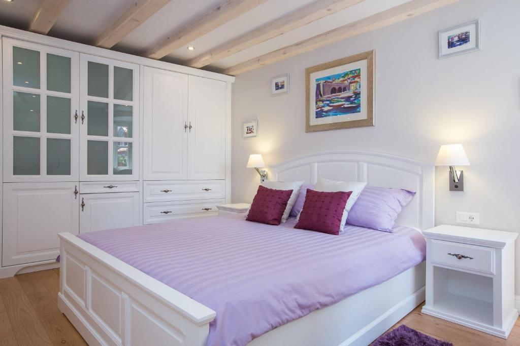 A bed or beds in a room at Studio Apartments Sonatina