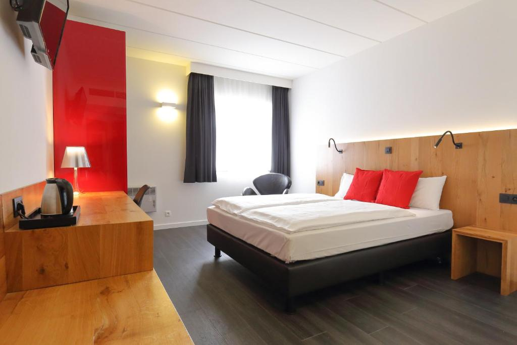 A bed or beds in a room at Hotel Corsendonk Viane