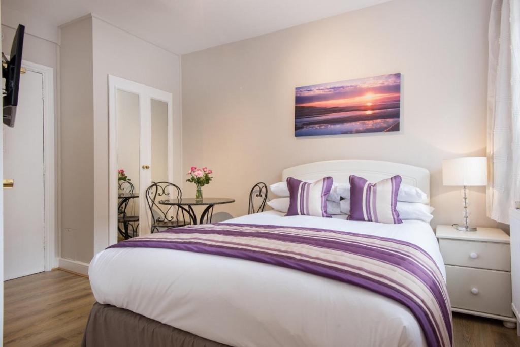 Een bed of bedden in een kamer bij Chelsea Cloisters