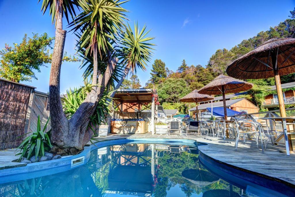 Der Swimmingpool an oder in der Nähe von Anchor Lodge Motel