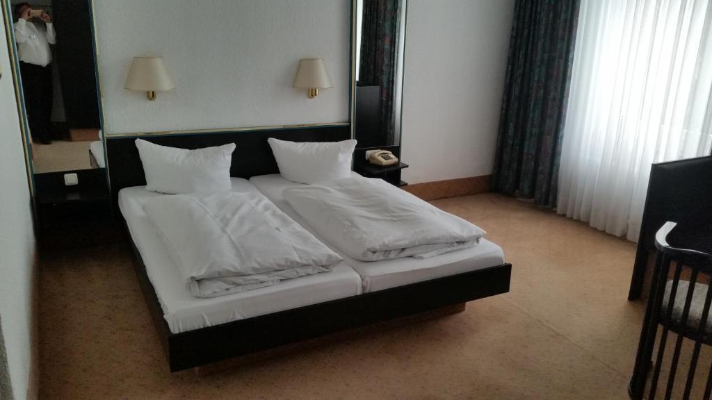 Ein Bett oder Betten in einem Zimmer der Unterkunft Hotel Bitterfelder Hof
