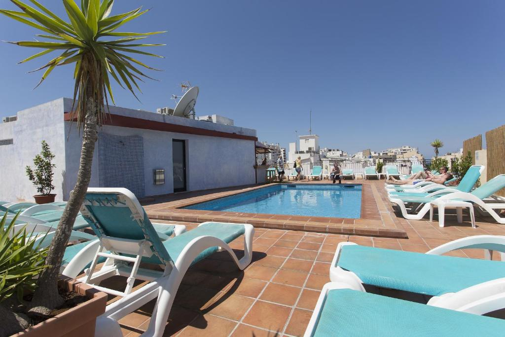 The swimming pool at or near Apartamentos Casa Maria