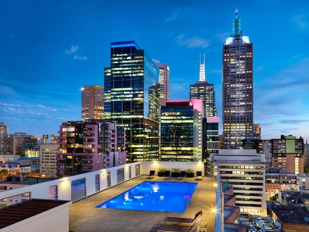 Θέα της πισίνας από το Hotel Grand Chancellor Melbourne ή από εκεί κοντά