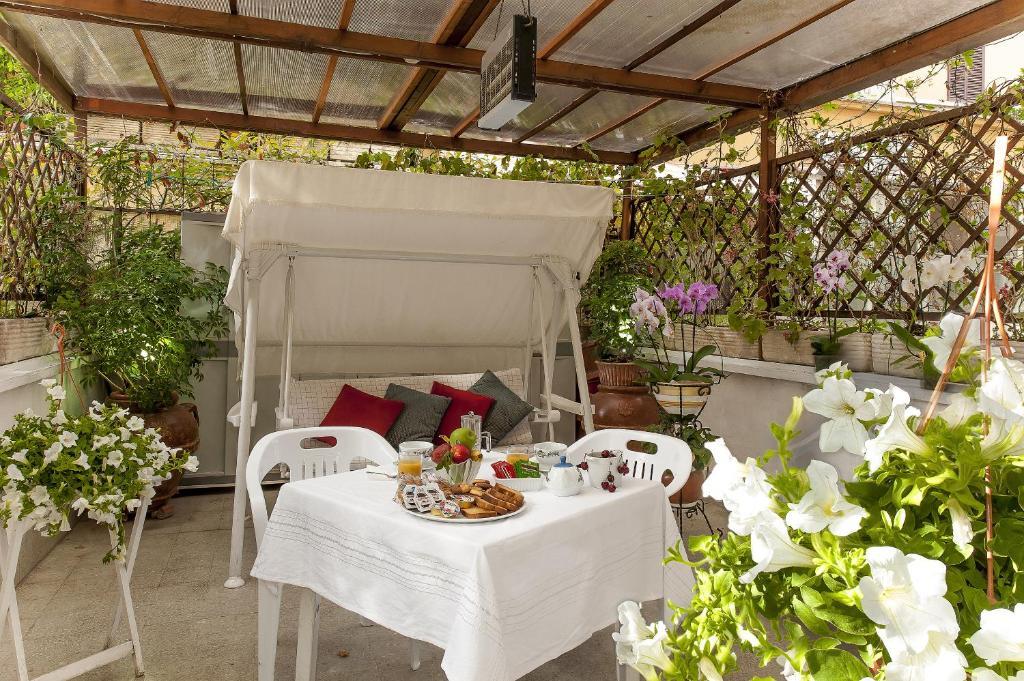 Un restaurante o sitio para comer en Please Rome - Guest House