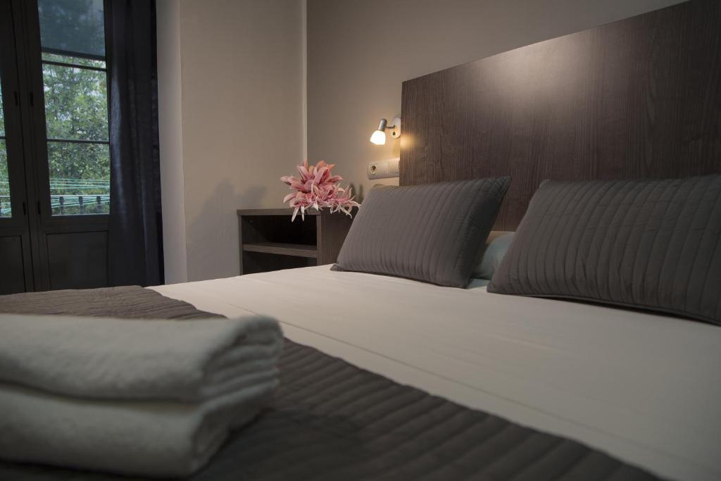 A bed or beds in a room at Ciudad Condal Paseo de Gracia