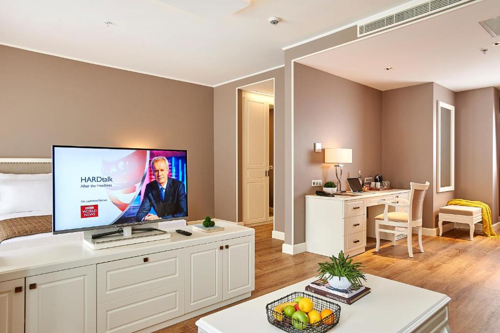 Телевизор и/или развлекательный центр в Renata Boutique Hotel Sisli