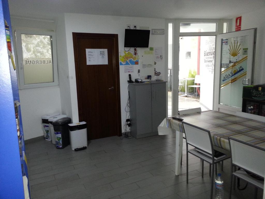 A kitchen or kitchenette at Albergue Arasolis