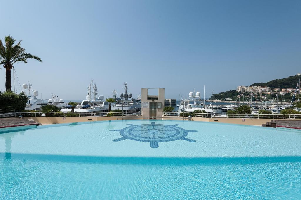Der Swimmingpool an oder in der Nähe von Le Quai Des Princes