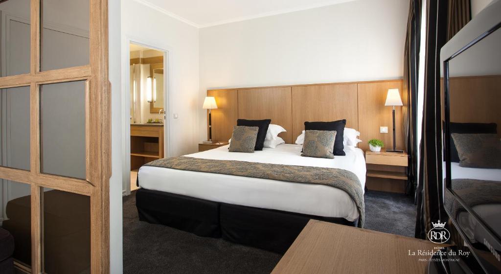 Un ou plusieurs lits dans un hébergement de l'établissement La Residence Du Roy Paris Champs Elysees