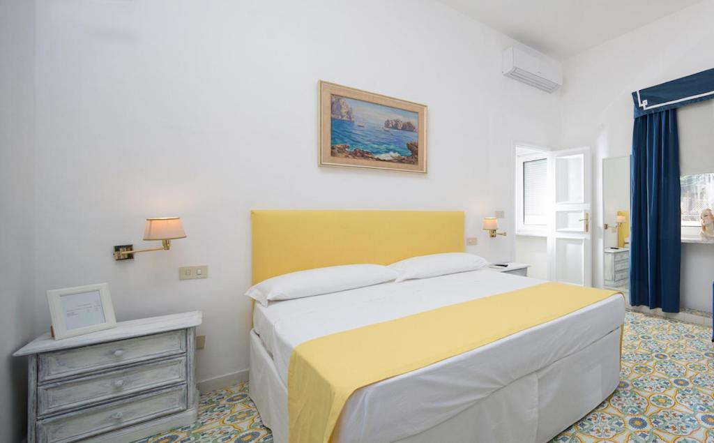 A bed or beds in a room at Marlin Guest House