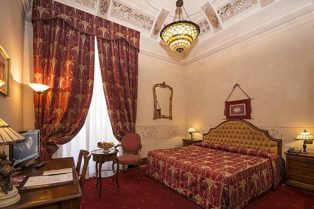 سرير أو أسرّة في غرفة في Liberty Hotel