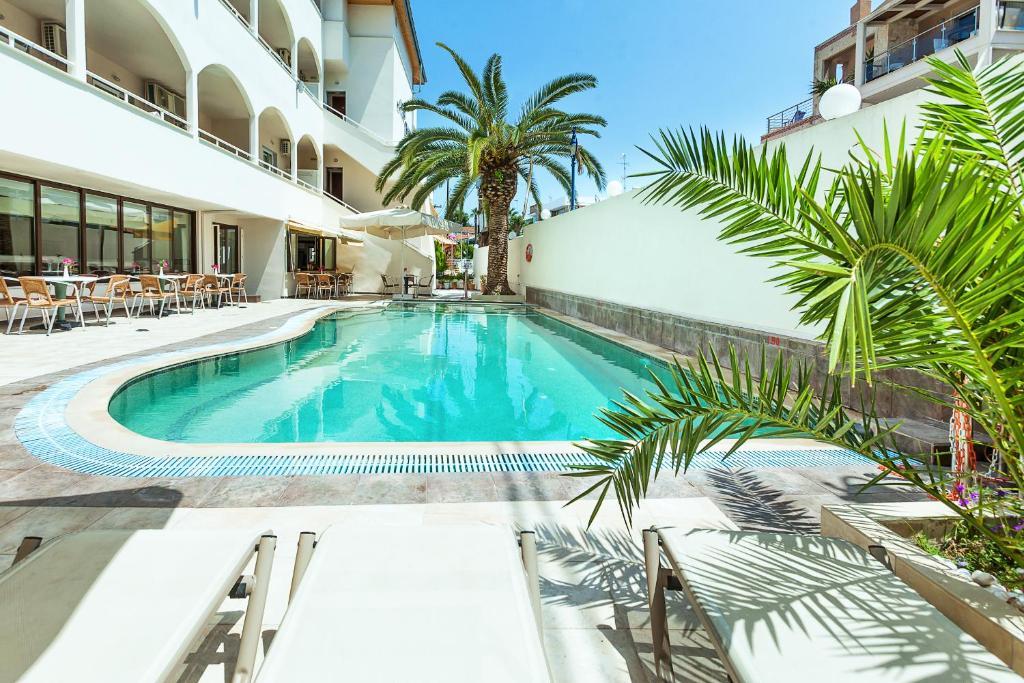Der Swimmingpool an oder in der Nähe von Elinotel Polis Hotel