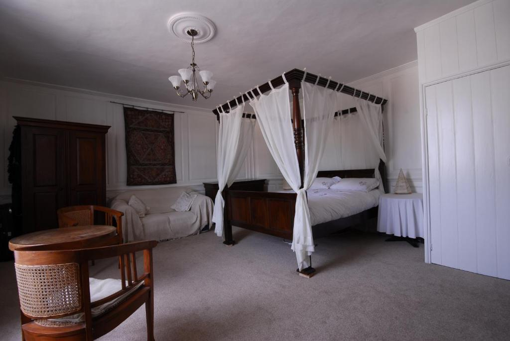 A bed or beds in a room at Oak House B&B