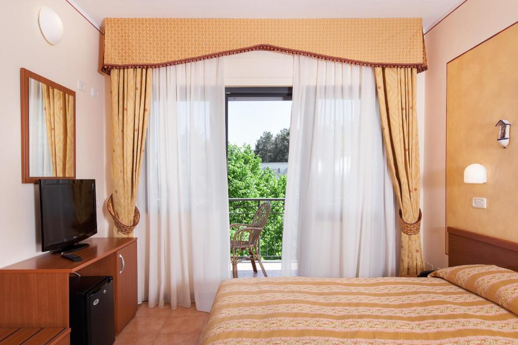 A bed or beds in a room at Hotel Fabbrini