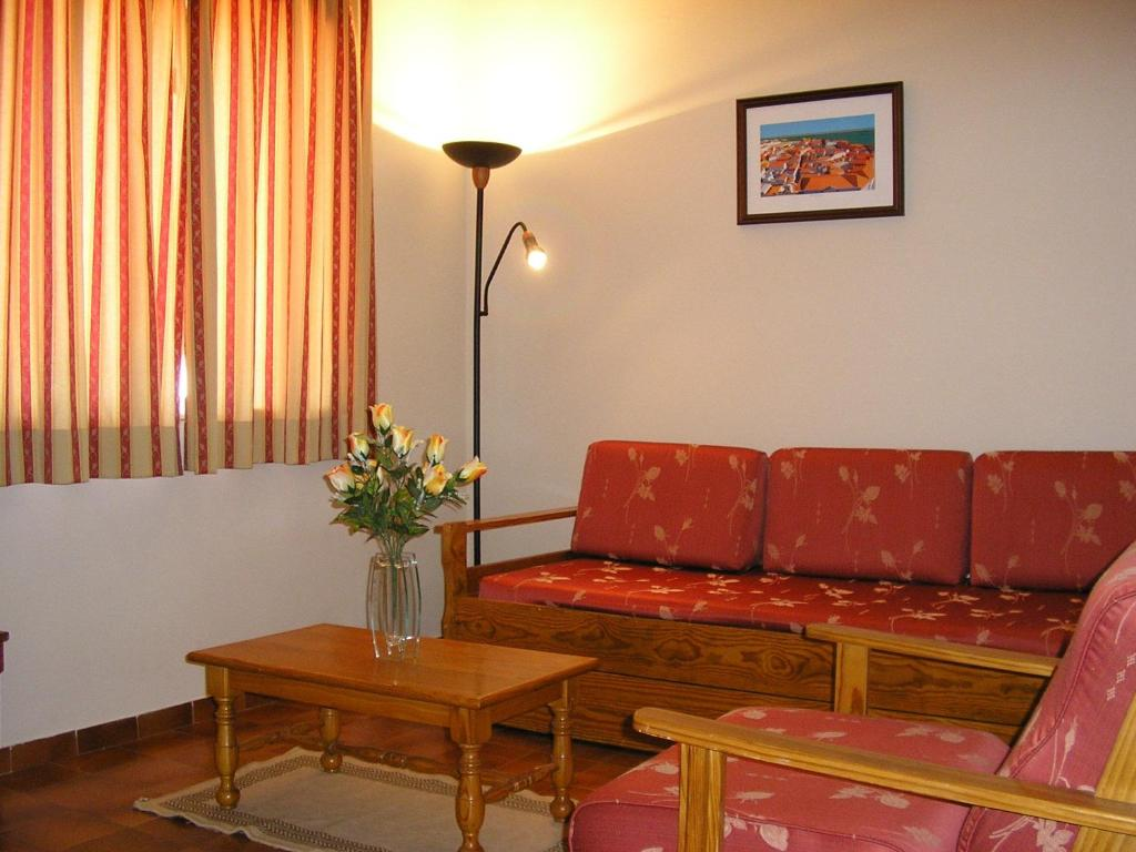 A seating area at Apartamentos Vitoria