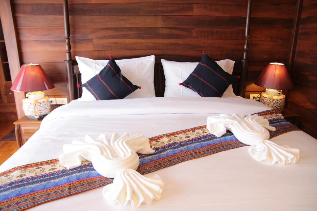 Een bed of bedden in een kamer bij Rustic River Boutique