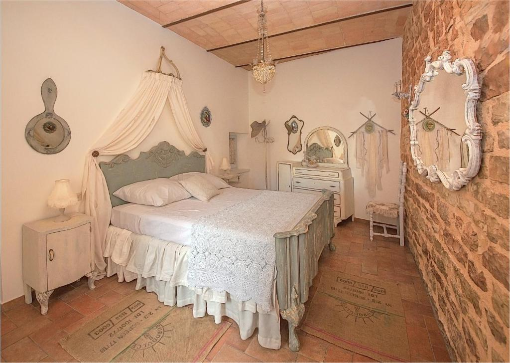 A bed or beds in a room at Spello House Patio