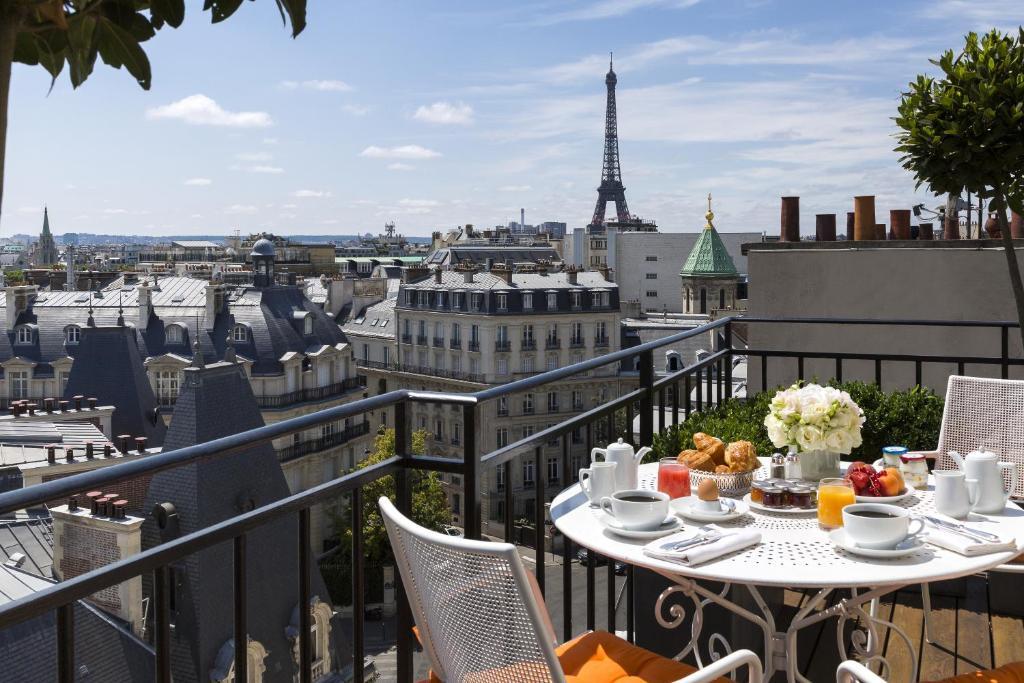 Een balkon of terras bij Hôtel San Régis