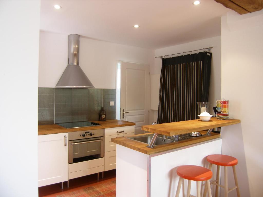 Cuisine ou kitchenette dans l'établissement Le Servit